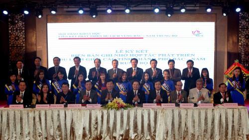 Đại diện các tỉnh ký cam kết phát triển du lịch vùng Bắc – Nam Trung Bộ. Ảnh: Thanh Tùng/TTXVN