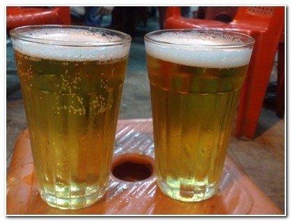 Nhìn những cốc bia ngon lành thế này ai biết là bia hơi xịn hay...bia cỏ.