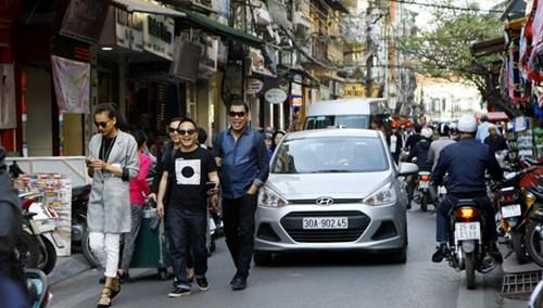 Đi bộ dưới lòng đường phố Đinh Liệt (Hà Nội) rất nguy hiểm khi ô tô qua lại. Ảnh: Ngọc Châu.