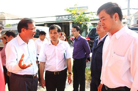 Đoàn đại biểu HĐND đi khảo sát ở thị trấn Tân Túc, huyện Bình Chánh. Ảnh: LÊ THOA