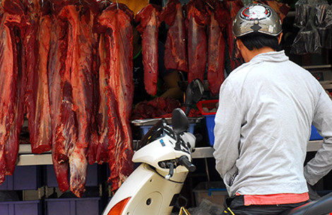 Người tiêu dùng khó phân biệt được thịt sạch hay có lẫn chất tạo nạc khi mua ngoài chợ. Ảnh: HTD