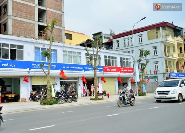 Là tuyến đường kiểu mẫu đầu tiên ở Hà Nội, các bảng biển ở đây được quy định kích thước với 2 màu sắc xanh đỏ.