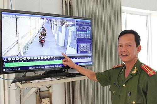 Công an phường Xuân Hà giới thiệu hệ thống máy chủ giúp kết nối với 10 điểm gắn camera trong khu vực để quan sát, theo dõi (ảnh: CAP Xuân Hà)