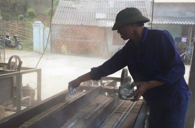 Có sở dùng chất lạ để sản xuất đũa tre (ảnh: NA)