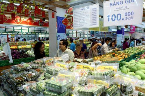 Thực tế khảo sát tại nhiều trung tâm thương mại, siêu thị bán lẻ thuộc hệ thống của Lotte cùng nhiều nhà bán lẻ nước ngoài khác, hàng nhu yếu phẩm đa số đều là hàng Việt Nam và của các nhà sản xuất Việt Nam. Ảnh: Anh Minh–TTXVN