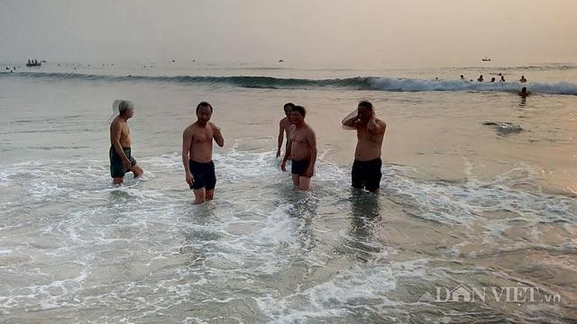 Bí thư Xuân Anh cùng các lãnh đạo Đà Nắng tắm biển