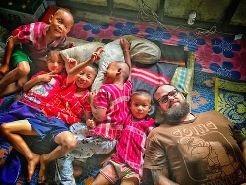 Dana và những đứa trẻ tại Thái.