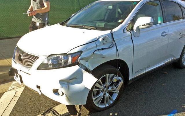 Chiếc xe tự lái của Google gây tai nạn đâm phải một chiếc xe bus.