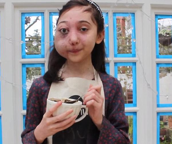 Nikki Christou tự tin hướng dẫn make up mặc dù có gương mặt không hoàn hảo.