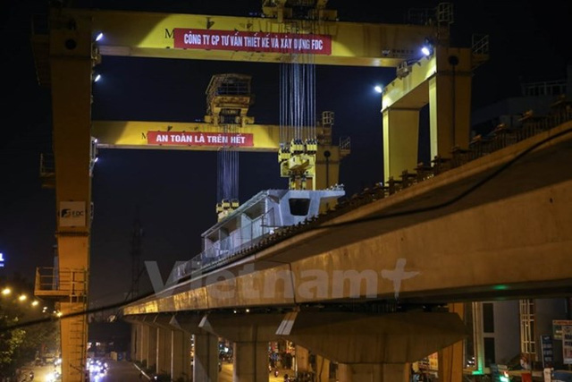 Thi công lao lắp dầm của tuyến đường sắt đô thị Cát Linh-Hà Đông. (Ảnh: Minh Sơn/Vietnam+).
