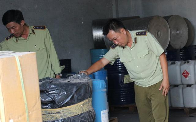 Quản lý thị trường TP.HCM kiểm tra kho hàng nguyên liệu, phụ gia thực phẩm hết hạn tại một công ty trên địa bàn Q.12 - Ảnh: Lê Sơn