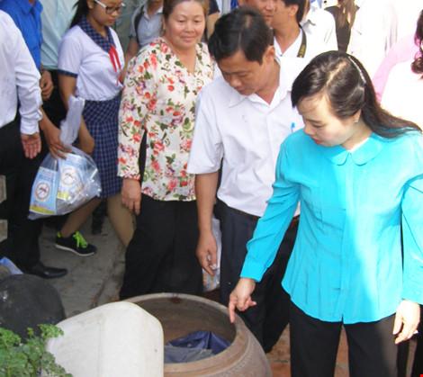 Bộ trưởng Y tế Nguyễn Thị Kim Tiến (bìa phải) kiểm tra công tác phòng, chống bệnh do virus Zika trên địa bàn huyện Bình Chánh (TP.HCM). Ảnh: TRẦN NGỌC