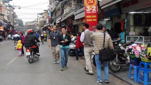 Vỉa hè các tuyến phố cổ được coi là nơi mất trật tự nhất thủ đô khi lối dành cho người đi bộ thường xuyên bị lấn chiếm