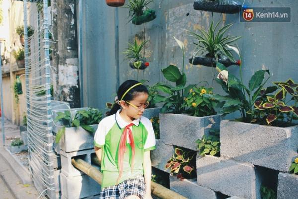 Ngồi ngắm hoa trên chiếc ghế tre thô mộc ghép ở giữa vườn.