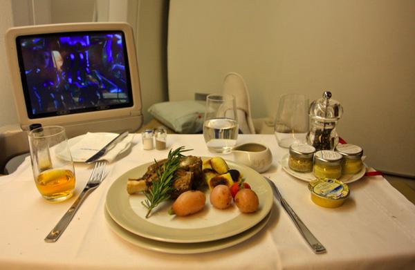 Trong khi khách hạng nhất sẽ được tận hưởng các món ăn tại nhà hàng 5 sao trên không.