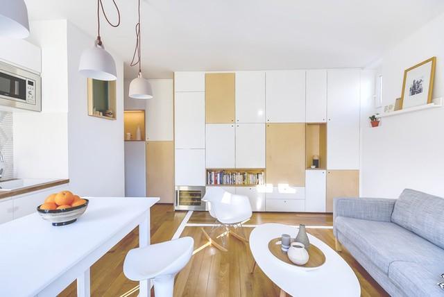 Các không gian sinh hoạt chung của ngôi nhà này gồm phòng khách, bàn ăn, bếp được thiết kế liên thông tạo được sự thông thoáng cho không gian và giúp tiết kiệm diện tích.