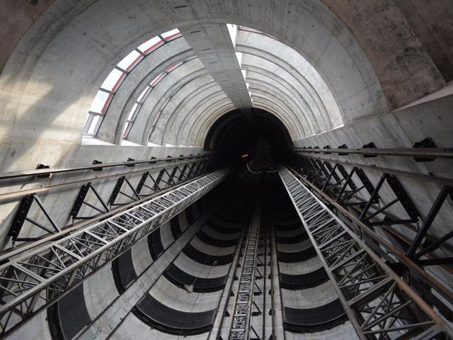 HÌnh ảnh thực tế thang máy vận chuyển siêu xe đang trong quá trình hình thành