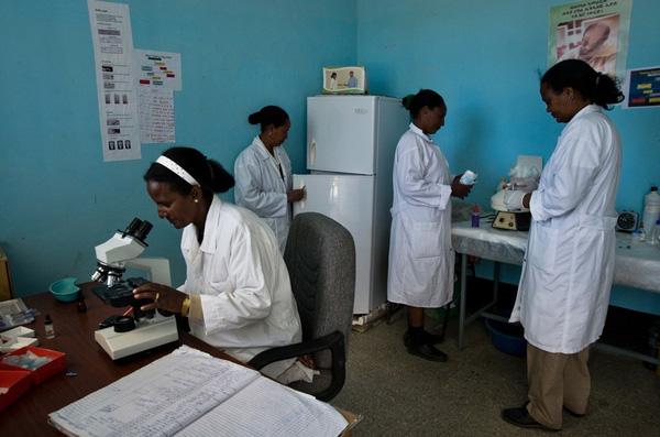 Bốn nữ y tá trong trung tâm y tế của nhà tù.