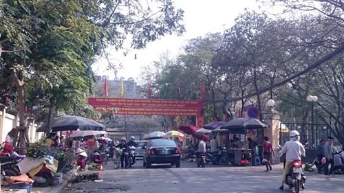 Trong mấy ngày trước và sau Tết Bính Thân (tới mùng 7 Tết), các hàng quán ngang nhiên chiếm gần hết vỉa hè, lòng đường Nguyễn Quý Đức, đoạn trước Nhà văn hóa phường Thanh Xuân Bắc