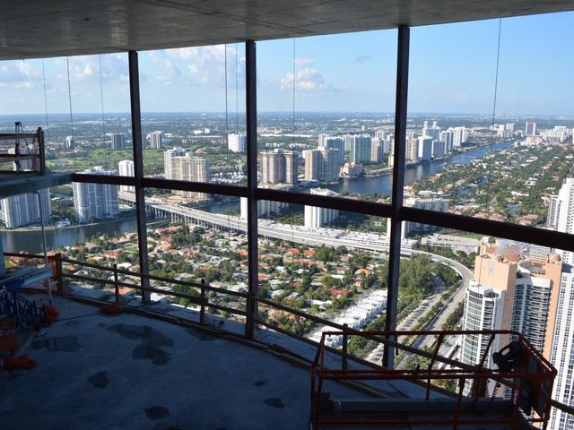 Một phòng khách sắp hoàn thiện có view nhìn xuống toàn cảnh Florida