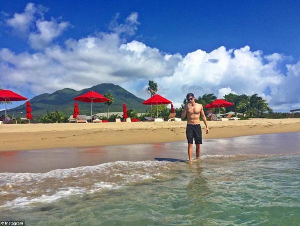 David Wachler, thế hệ thứ 4 của một gia đình buôn vàng đang thư giãn trên bãi biển của khu vực Tây Ấn.