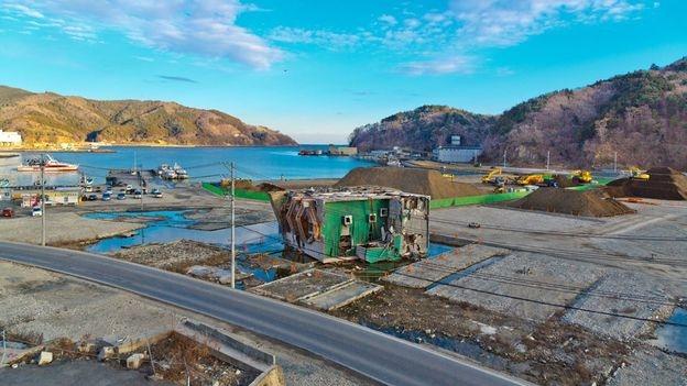Phải mất vài tháng để dọn sạch rác tại Onagawa (Ảnh: Junichi Aoki)