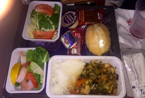 Hãng hàng không có hai cô tiếp viên tẩn nhau trên máy bay có suất ăn hạng phổ thông gọi là đủ dinh dưỡng. Hết tính từ miêu tả vì phần nhìn chẳng mấy bắt mắt.