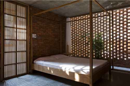 Phòng ngủ tầng lửng lãng mạn tràn ngập ánh sáng.