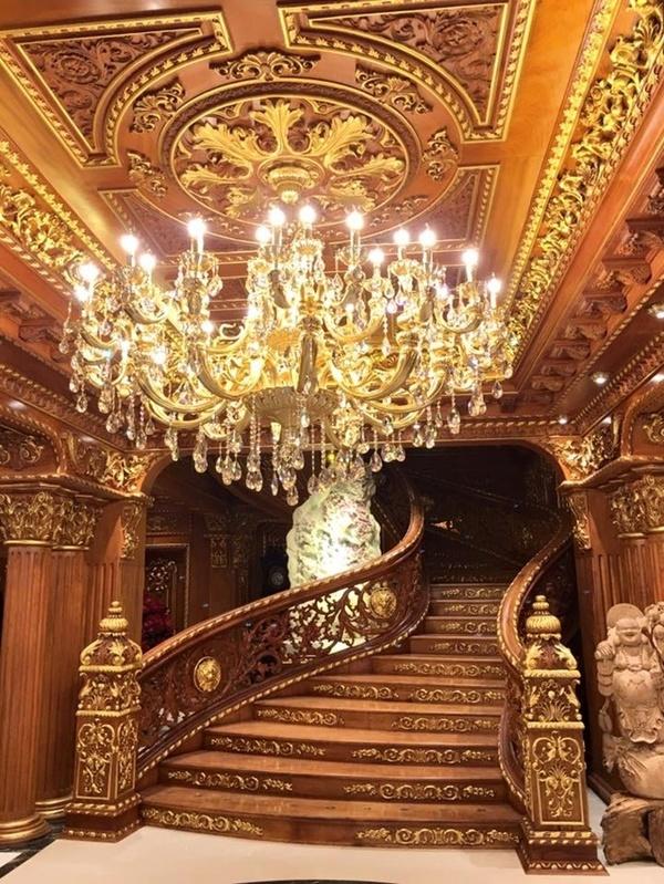 Các chi tiết trong nhà đều được dát vàng và trang trí họa tiết hết sức công phu