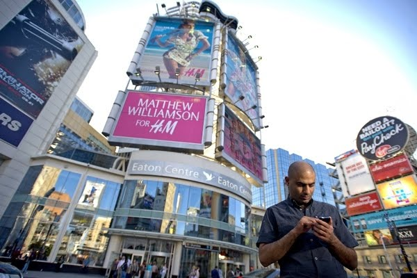Tại Toronro, Canada, biển quảng cáo cũng đủ thể loại và chi chít trên những con phố.