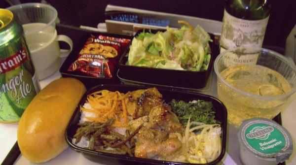Ưu điểm của United Airlines là đồ ăn của hạng phổ thông cũng được sắp xếp đâu ra đấy, có tính thẩm mỹ cao và ngon mắt, cộng thêm là hành khách được thưởng thức rượu, thứ đáng ra chỉ khoang cao cấp mới có.