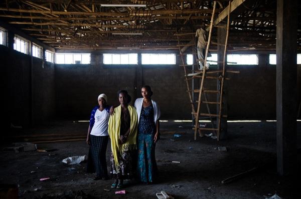 3 nữ tù nhân là các thành viên của nhóm xây dựng trong nhà tù.