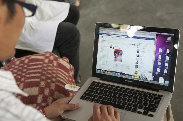 Thay vì khai bút, ngày nay chúng ta khai phím trên Facebook.