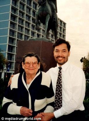 Thời điểm còn trẻ của Richard Hernandez, ít ai nghĩ rằng khi tới tuổi 55 người này lại muộn thực hiện ước mơ từ thời 5 tuổi của mình.