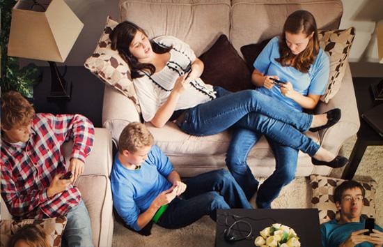 Tết của ngày nay có thể cũng quây quần bên nhau thế nhưng mỗi người lại dán mắt với mỗi chiếc smartphone.