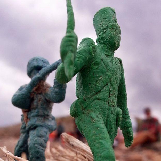 Hình đồ chơi những binh lính bằng nhựa tìm thấy bên bờ biển Hawaii (Ảnh: Mark Kimura)