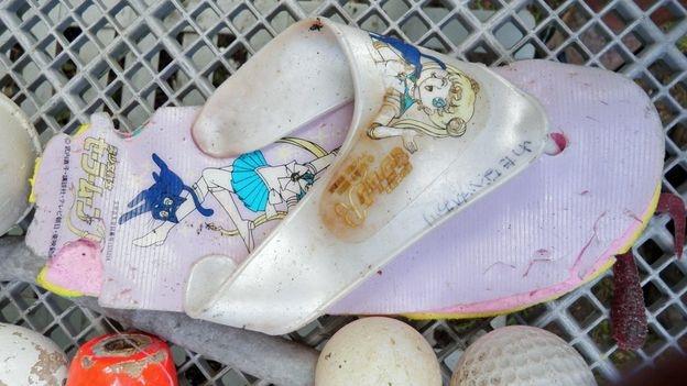 Chiếc dép của một nạn nhân sóng thần Nhật Bản tìm thấy bên bờ biển Hawaii năm 2012 (Ảnh: Noni Sanford)