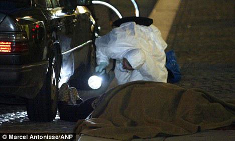 Thi thể của Konsantin Dimitrov sau khi bị bắn chết tại Amsterdam vào năm 2003.