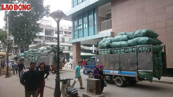 """Bốn xe tải chở rác thải y tế độc hại """"hiên ngang"""" ra khỏi BV Bạch Mai để tới các cơ sở tái chế"""