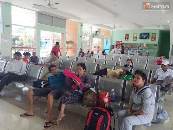 Hành khách chờ đợi ở ga Biên Hòa - Ảnh: Tứ Quý.
