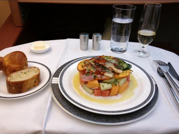 Suất ăn của khoang hạng nhất phản ánh đúng tính chất hạng nhất, giống như món ăn trong một nhà hàng sang trọng hơn là suất ăn vội vàng trên máy bay.