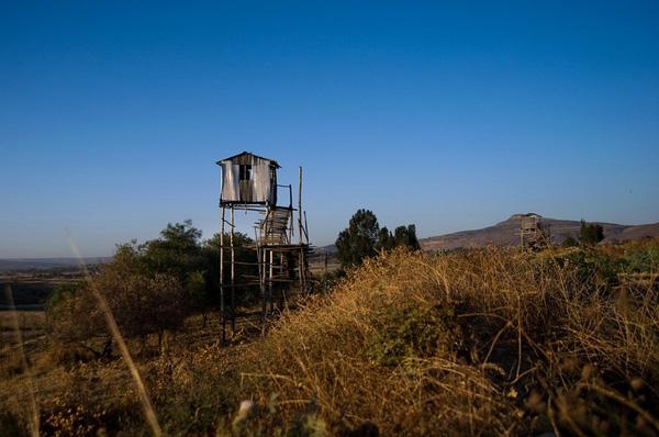 Lều canh gác được xây dựng xung quanh nhà tù.