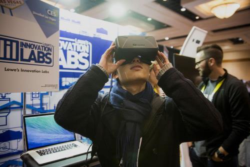 Đầu tư vào công nghệ thực tế ảo. Ảnh: Blomberg.com