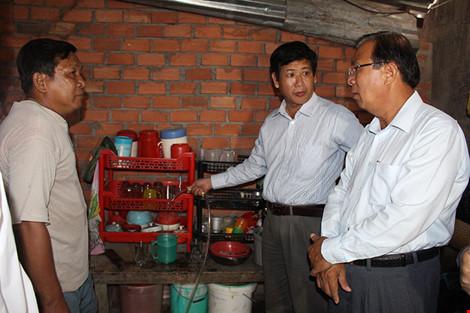 Đoàn Đại biểu HĐND khảo sát một hộ dân xã Tân Quý Tây đang dùng bình lọc nước. Ảnh: LÊ THOA