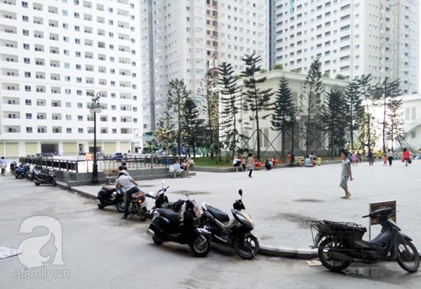 Sân chơi chung bị bủa vây bởi xe máy dừng đỗ