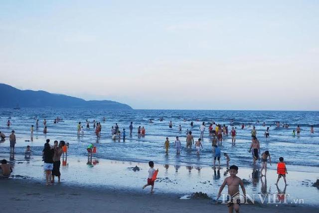Bãi biển Đà Nẵng vẫn hút du khách. Ảnh: Kim Oanh