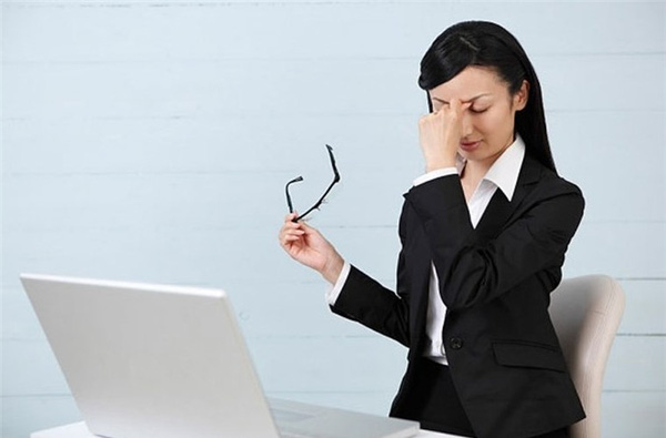 Môi trường điều hòa rất dễ khiến chị em công sở bị đau đầu ngón tay. (Ảnh minh họa: Internet)