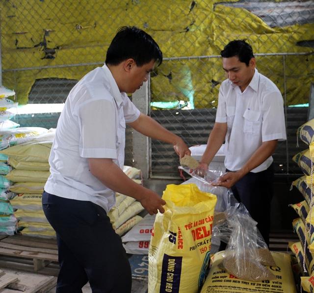 Cán bộ thú y lấy mẫu thức ăn chăn nuôi để kiểm tra tại cơ sở bán thức ăn chăn nuôi heo ở xã Cẩm Sơn, huyện Mỏ Cày Nam, tỉnh Bến Tre. Ảnh: Trần Thị Thu Hiền