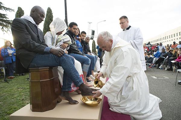 Giáo hoàng sẽ tưới nước thánh, lau rồi hôn chân các tông đồ.