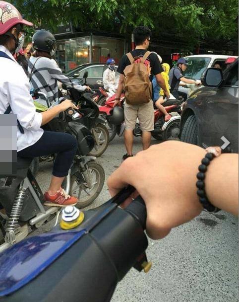 Đường tắc, 2 bạn trẻ bất ngờ xuất hiện phân làn giao thông. (Ảnh: Beatvn)